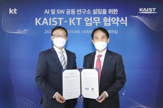 구현모 KT 대표(왼쪽)와 이광형 KAIST 총장이 지난 21일 대전 KAIST에서 AI·SW 기술연구소설립을 위한 업무협약을 체결했다. [사진 KT]