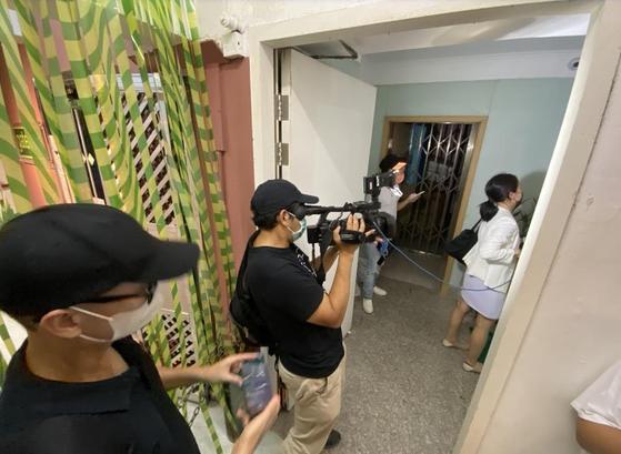 인터넷 매체 '홍콩01'은 완차이 지역에 있는 베트남식 안마시술소로 알려진 'VIET SPA'를 보안처장이 경찰에 적발된 업소로 지목했다. 기자들이 시술소를 취재하는 모습. [홍콩01 캡쳐]