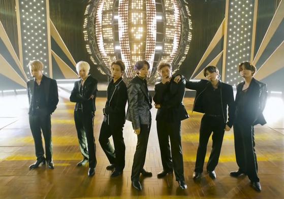 23일(현지시간) 미국 빌보드 뮤직 어워드에서 신곡 '버터' 무대를 선보인 방탄소년단. [AP=연합뉴스]