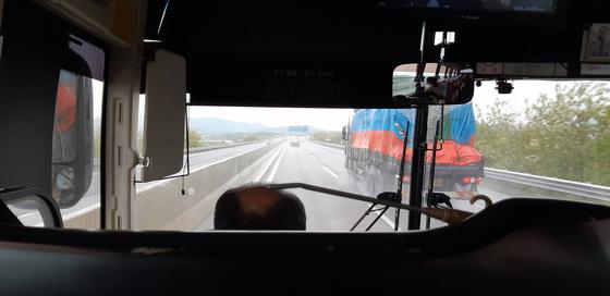 버스의 1번 자리는 시야도 트이고 넓어서 편안하지만 그날은 운전자가 보인 위압적이고 신경질적인 태도 때문에 내내 불안하고 불편했다. (글 내용과 관련 없는 사진.) [사진 박헌정]
