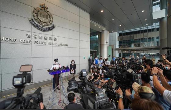 지난 18일 홍콩 경찰이 보안처장 안마시술소 적발 사건에 대한 예비 수사 결과를 발표했다. 경찰은 불법이나 부도덕한 일은 없었다면서도 적발 당시 구체적인 상황에 대해선 설명하지 않았다. [SCMP 캡쳐]