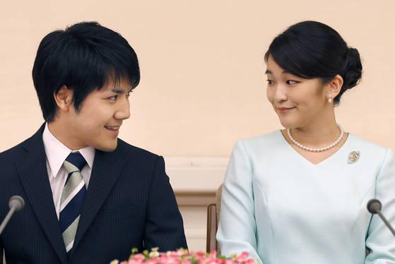 지난 2017년 약혼 사실을 발표하는 일본 마코 공주(오른쪽)와 고무로. 이때만해도 분위기는 좋았다. [AP= 연합뉴스]