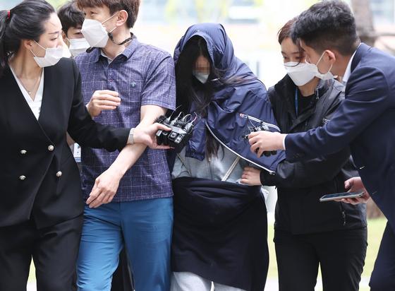 음주운전으로 사망 사고를 낸 운전자 A(30)씨가 25일 오전 서울동부지방법원에서 열린 구속 전 피의자 심문(영장실질심사)에 출석하고 있다. 연합뉴스