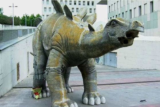 스페인 바르셀로나 외곽도시에 세워진 거대 공룡 조각상 안에서 남성의 사체가 발견됐다. 유튜브 캡처