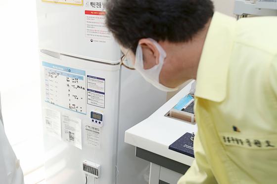정원오 성동구청장이 14일 오후 서울 행당동에 위치한 위탁의료기관 연세이비인후과를 방문해 현장 점검을 하고 있다. 뉴시스