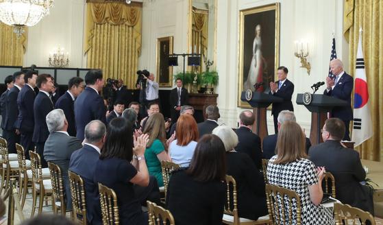 조 바이든 미국 대통령이 지난 21일 한·미 정상회담 후 열린 백악관 기자회견에서 대미 투자를 결정한 한국 대기업 대표들을 일으켜 세운뒤 감사의 박수를 보내고 있다. [연합뉴스]