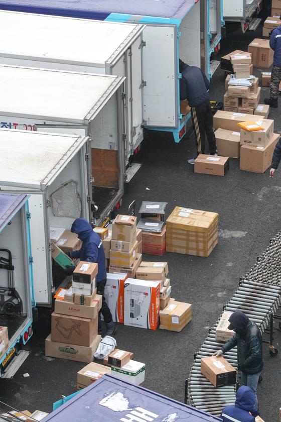서울의 한 택배 물류센터에서 택배노동자들이 배송 준비작업을 하고 있다.뉴스1