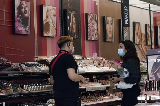 지난 5월 20일 미국 로스앤젤레스에 위치한 쇼핑몰 내 화장품 매장의 모습. [AP=연합뉴스]