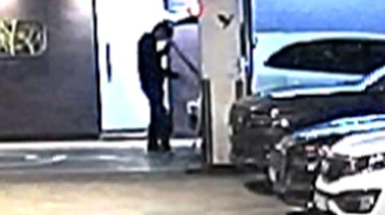 지난달 1일 전주 한 모텔에서 20대 남성이 사망한 사건과 관련해 당시 이 남성의 친구인 조폭이 주차장에 세워진 승용차 트렁크에서 알루미늄 배트를 꺼내는 모습이 찍힌 폐쇄회로TV(CCTV) 화면. 사진 전주지검