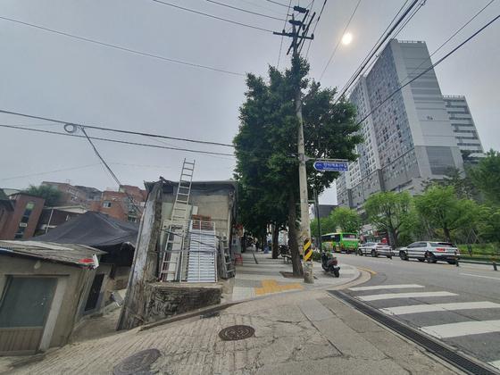 횡단보도를 사이로 왼쪽에는 도시재생구역으로 지정된 서계동과 청파동이, 오른쪽에는 재개발이 진행된 만리동이 있다. 주민들은 ″재개발 하나로 동네의 '계급'이 갈라졌다″고 말한다. 박사라 기자.
