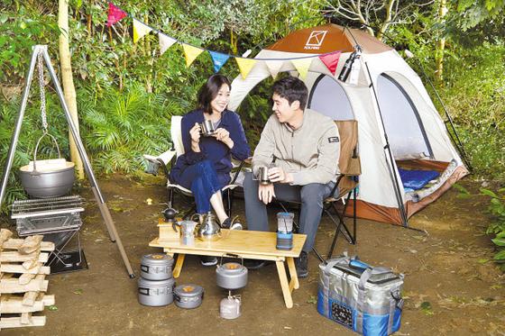 새로 선보인 콜핑 CF는 장신영·강경준 부부와 자연 속 캠핑을 자연스럽게 녹여내어 캠프와 피크닉을 즐기며 일상에서 누리는 소소한 즐거움을 누리고자 하는 이들에게 공감을 자아낸다. [사진 콜핑]