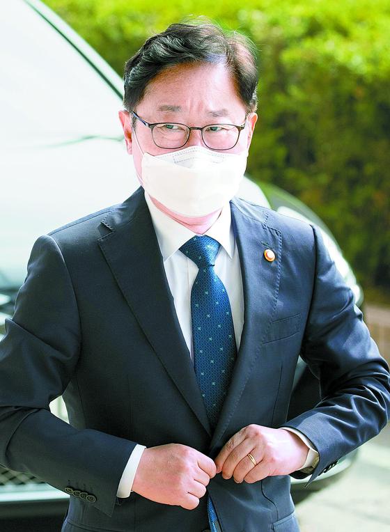 박범계 법무부 장관이 24일 출근하고 있다. [연합뉴스]