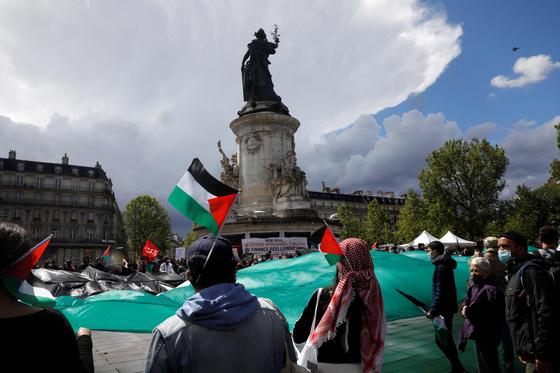 22일(현지시간) 프랑스 파리에서 친 팔레스타인 시위대가 이스라엘의 가자지구 폭격을 규탄하는 시위를 벌이고 있다.[AFP=연합뉴스]