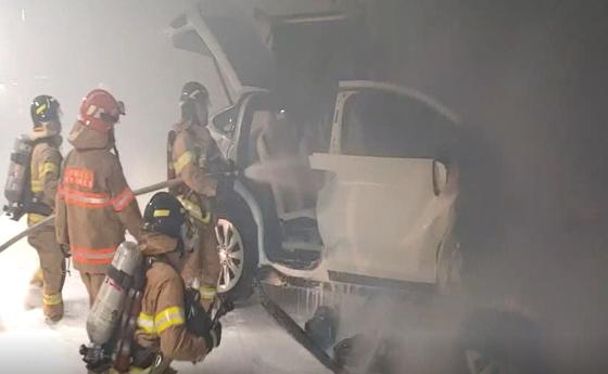 지난해 12월 서울 용산구 아파트 지하주차장에서 발생한 테슬라 모델X 화재 사망사고 당시 모습. 연합뉴스