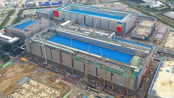 지난해 8월 가동에 들어간 삼성전자 반도체 공장인 평택2 라인.  축구장 16개 크기의 이 공장은 30조원의 건설비가 투여됐으며 직원 4000명에 협력사 인력 등 3만 여명의 고용 효과를 낸다고 삼성전자는 밝혔다. 사진=삼성전자 제공