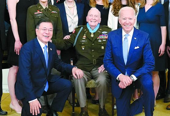 문재인 대통령과 조 바이든 미국 대통령은 21일 백악관에서 열린 한국전쟁 참전용사(가운데) 명예훈장 수여식에서 기념 사진을 찍었다. [연합뉴스]