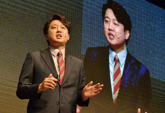 국민의힘 이준석 당 대표 후보가 25일 서울 마포구 누리꿈스퀘어에서 열린 국민의힘 제1차 전당대회 비전스토리텔링PT에서 발표를 하고 있다. 뉴시스