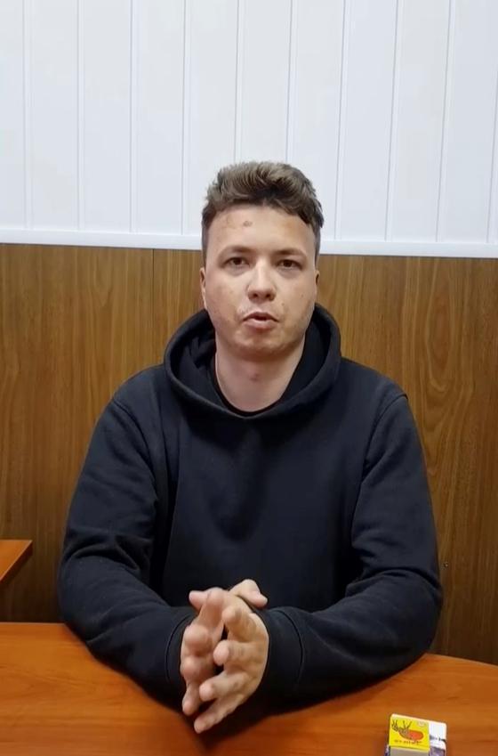 """벨라루스는 24일(현지시간) 반정부 성향 언론인 라만 프라타세비치의 자백 영상을 공개했다. 프라타세비치는 해당 영상에서 """"건강하다""""며 """"대규모 시위를 조직한 것을 인정한다""""고 밝혔다. 프라타세비치는 지난 23일 벨라루스 민스크 공항에서 체포됐다. [로이터=연합뉴스]"""
