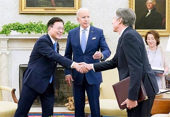 문재인 대통령이 지난 21일(현지시간) 미국 백악관에서 바이든 대통령과 소인수 회담에 앞서 블링컨 국무장관(오른쪽)과 인사하고 있다. [뉴시스]