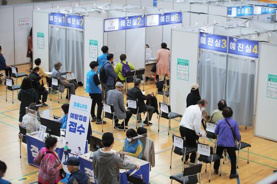 25일 오전 서울 도봉구 시립창동청소년센터에 마련된 백신접종센터에서 어르신들이 화이자 백신을 접종받기 위해 대기하고 있다. 연합뉴스