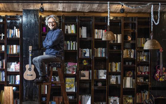 클래식·가요·재즈를 넘나드는 음악감상 카페 '책가옥'의 이두헌 대표. 1980년대 인기 밴드 '다섯손가락'의 리더·기타리스트다. 권혁재 사진전문기자
