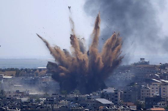 지난 13일 이스라엘의 폭격을 받고 있는 가자시티. [AP=연합뉴스]