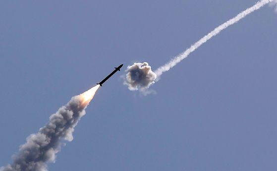 지난 11일 이스라엘 남부 도시 에슈켈론에서 아이언돔이 하마스의 로켓포를 요격하고 있다. [AFP=연합뉴스]