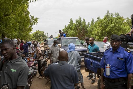 25일(현지시간) 말리 군부 실력자가 과도정부 대통령과 총리를 해임하자, 시민들이 반정부시위에 나섰다. AP=연합뉴스