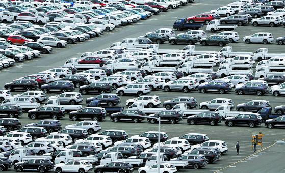25일 한국자동차산업협회(KAMA) 조사에 따르면 글로벌 자동차판매는 올해 4월까지 전년 동기보다 32.4% 증가했다. 다만 차량용 반도체 수급난 장기화로 회복세가 이어질지는 불투명한 상황이다. 현대자동차 울산공장 수출선적 부두에 완성차들이 대기하고 있다. [연합뉴스]