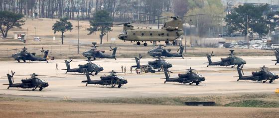 경기도 평택 캠프 험프리스 활주로에서 주한미군 AH-64 아파치 헬기가 이륙을 준비하고 있다. 유사시 북한군 전차 부대를 막아 세울 전력들이다. 그런데, 이들 중 1개 대대가 2008년 이라크로 파견된 적 있다. 뉴스1