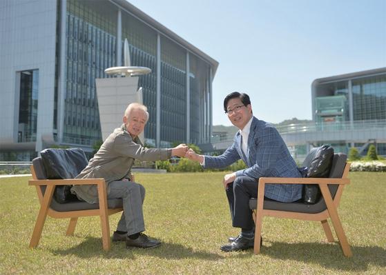 김홍신 작가(왼쪽)와 양승조 충남도지사가 5월 5일 충남 홍성 충남도청사 내 잔디밭에서 만나 인사를 나누고 있다.