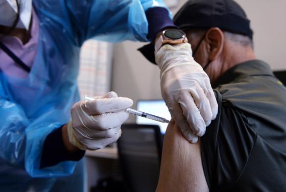 신종 코로나바이러스 감염증(코로나19) 65세~74세 어르신 대상 아스트라제네카(AZ) 1차 예방접종이 본격 시작된 27일 대전시 유성구 대전코젤병원에서 의료진이 어르신에게 백신을 신중히 접종하고 있다. 프리랜서 김성태