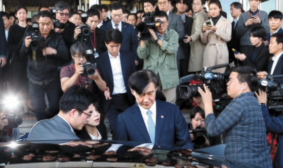 조국 법무부 장관이 2019년 10월 14일 정부과천청사에서 사퇴 의사를 밝힌 뒤 차에 오르고 있다. 오종택 기자