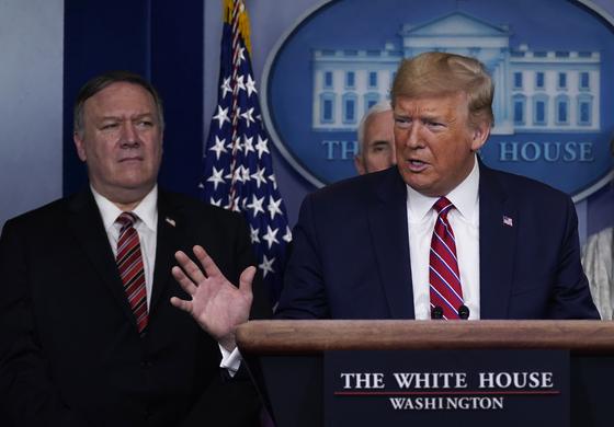 지난해 도널드 트럼프 당시 대통령(오른쪽)과 마이크 폼페이오 국무장관은 공개석상에서 코로나19의 우한 연구소 기원설을 주장했다. [AP=연합뉴스]