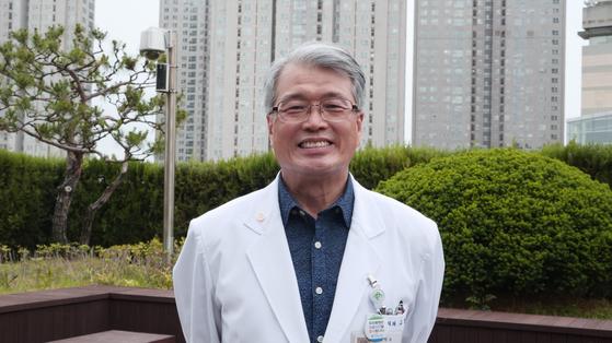 48년간 무료 의료 봉사를 해온 고영초(68) 건국대 교수가 LG의인상을 수상했다. [사진 LG]