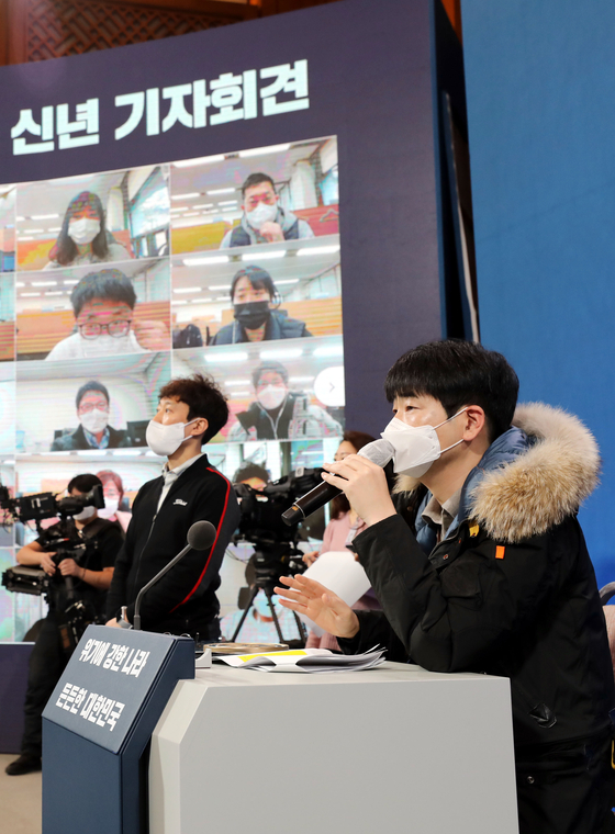지난 1월 17일 문재인 대통령의 신년 기자회견을 하루 앞두고 탁현민 의전비서관이 리허설을 진행하고 있다. 뉴스1