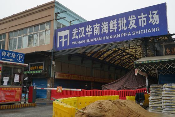 지난해 1월 코로나19 바이러스가 퍼지면서 문을 닫았던 중국 후베이성 우한시의 화난 수산물 도매시장. AP=연합뉴스