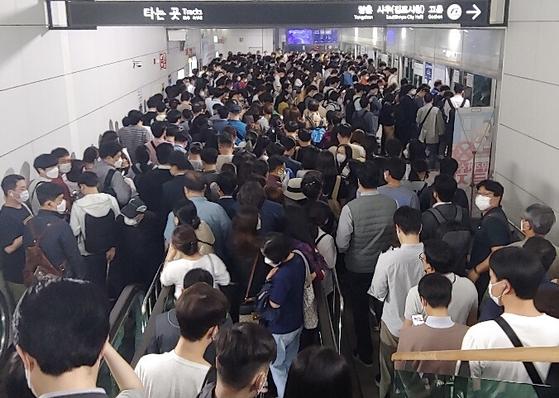 이번달 초 출근길 김포도시철도를 타기 위해 승객들이 줄을 서며 기다리고 있다. 독자 제공