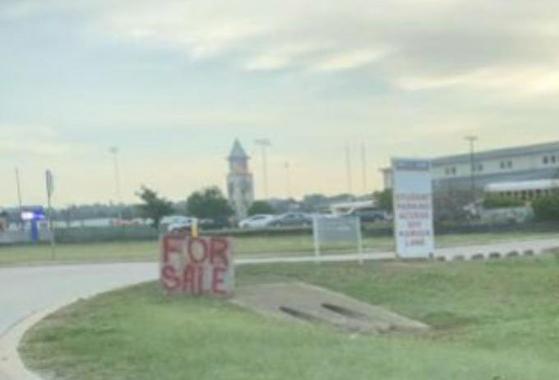 미국 텍사스주 컴포트고교 졸업예정자 학생들이 교문 앞에 '판매중'이라는 입간판을 세우는 장난을 쳤다. [트위터 캡처]