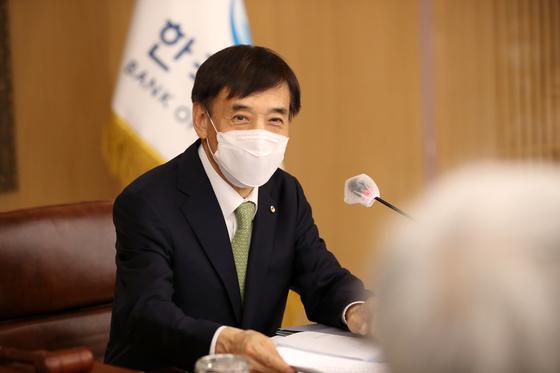 이주열 한국은행 총재가 27일 오전 서울 중구 한국은행에서 열린 금융통화위원회 본회의에서 회의를 주재하고 있다.