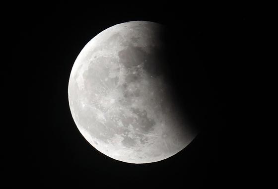26일 오후 서울 송파구 하늘 위로 달이 지구 그림자에 가려 보이지 않는 개기월식 현상이 관측되고 있다. 연합뉴스