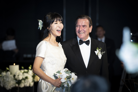 게르하르트 슈뢰더 전 독일 총리와 부인 김소연 씨가 2018년 1월 서울 그랜드 하얏트호텔에서 열린 결혼 축하연에서 활짝웃고 있다. 권혁재 사진전문기자
