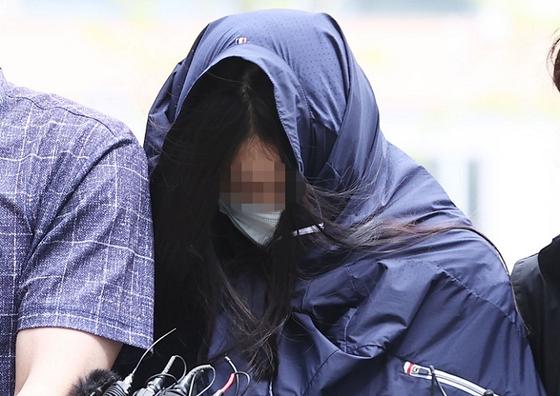 음주운전으로 사망 사고를 낸 운전자 A 씨가 25일 오전 서울동부지방법원에서 열린 구속 전 피의자 심문(영장실질심사)에 출석하고 있다. 연합뉴스