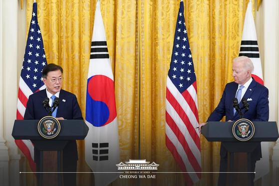 문재인 대통령과 조 바이든 미국 대통령이 지난 21일(현지시간) 한미 정상회담 직후 백악관에서 공동 기자회견을 하고 있다. 청와대 페이스북 캡처.