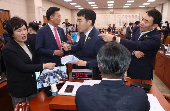 조수진 국민의힘 의원(왼쪽)과 김남국·김용민 민주당 의원이 설전을 벌이면서 26일 김오수 검찰총장 후보자 인사청문회는 파행으로 끝났다. 사진은 지난해 7월 임대차 3법 등의 강행처리를 놓고 다투는 여야 법사위원의 모습. 오종택 기자
