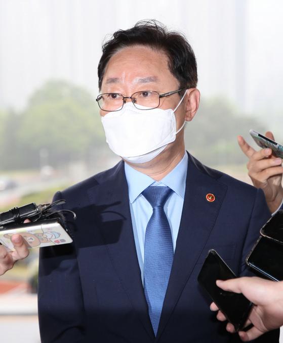 박범계 법무부 장관이 27일 오전 정부과천청사 내 법무부로 출근하고 있다. 연합뉴스