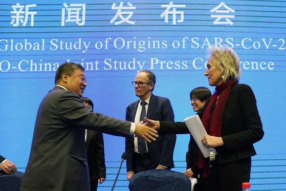 """지난 2월 9일 중국 우한에 대한 현장조사를 마친 세계보건기구(WHO) 조사팀은 """"우한 연구소에서 바이러스가 유출됐을 가능성은 극히 작다""""고 결론내렸다. AP=연합뉴스"""