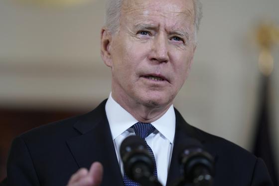 """조 바이든 미국 대통령이 26일(현지시간) 성명을 통해 """"코로나19의 기원에 대해 결론을 내릴 수 있도록 두 배의 노력을 기울여 정보를 수집한 뒤 90일 이후 보고하라고 정보 당국에 요청했다""""고 밝혔다.[AP=연합뉴스]"""