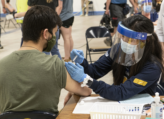 미국 오하이오주에서 한 시민이 코로나19 백신을 접종하고 있다. AP=연합뉴스