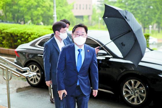 박범계 법무부 장관이 27일 오전 정부과천청사 내 법무부로 출근하고 있다. [연합뉴스]